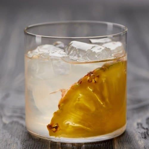 coctel de limonada con piña asada